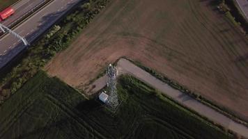 drone orbitando uma torre de rádio em 4k video
