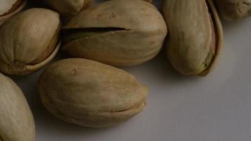Tir cinématique et rotatif de pistaches sur une surface blanche - pistaches 009