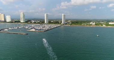Vista aérea del barco de yates de la marina en la bahía