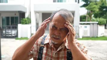 velho com dor de cabeça