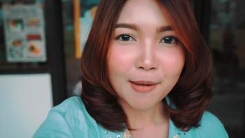 Blogger de mujeres asiáticas felices hermosas atractivas que usan el teléfono inteligente para selfie.