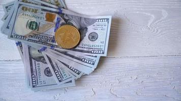 bitcoins dourados com notas de dólar video