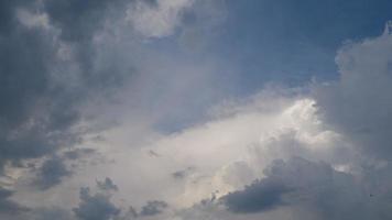 nubes blancas en un día soleado de verano