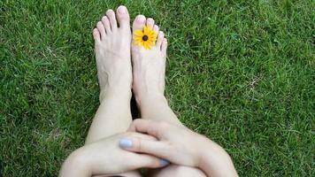 Füße einer Frau im Gras video