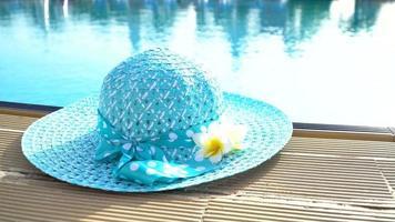 sombrero de diseño en el borde de la piscina