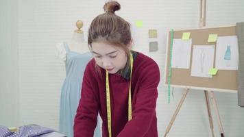 estilista de moda feminina asiática chegando