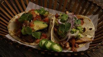Tir rotatif de délicieux tacos sur une surface en bois - barbecue 151