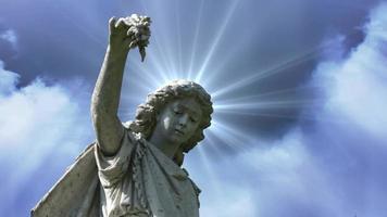 la statue d'un ange sur les nuages bleus time lapse