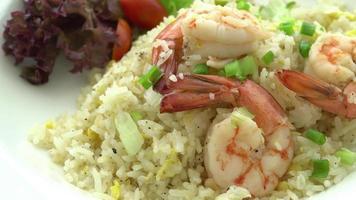 arroz frito com camarão video