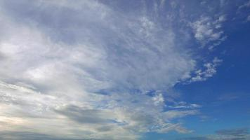 witte wolken bewegen