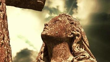 la estatua de un ángel en las nubes de lapso de tiempo