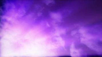 Rayos de sol atraviesan las nubes en un cielo azul