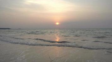 bellissimo tramonto sulla spiaggia
