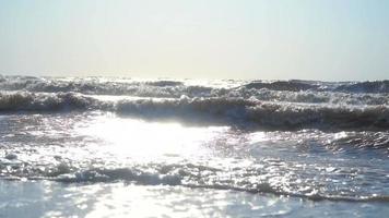 olas en el mar con la puesta de sol