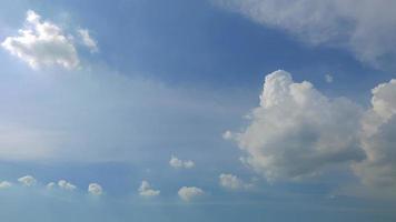 moviendo nubes alrededor de un cielo azul