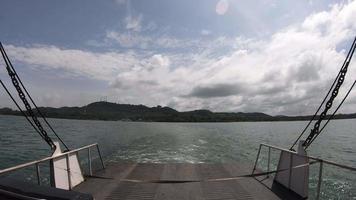 tracce d'acqua formate dai motori dei traghetti