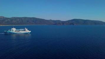 drone che vola verso un traghetto in 4K