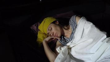 jovem doente deitada na cama