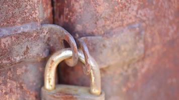 fechadura velha em um portão enferrujado