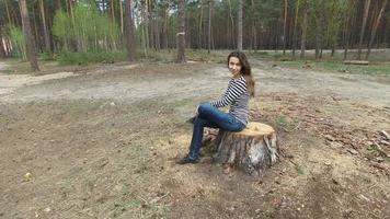 mulher sentada em um toco