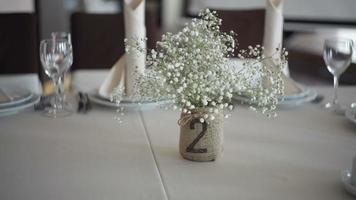 decorazioni di nozze su un tavolo video