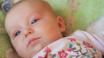 bebê na cama video