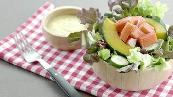 salada de caranguejo com legumes video