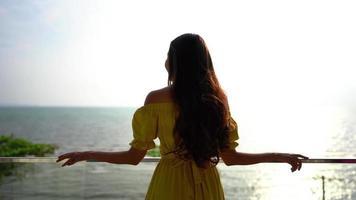mulher olhando para o mar video