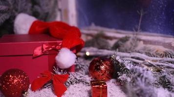 Winterfenster mit Weihnachtsdekoration Geschenke video