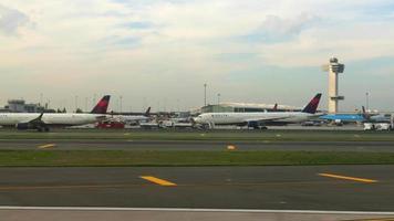 vliegtuig opstijgen op de landingsbaan van de luchthaven 4k