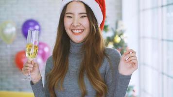 mujer celebrando la navidad con champagne
