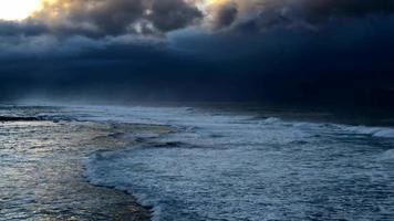 vista de la tormenta que se avecina sobre el océano 4k