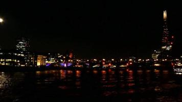 o rio Tamisa à noite 4k