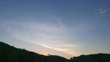 sol nascendo sobre uma montanha