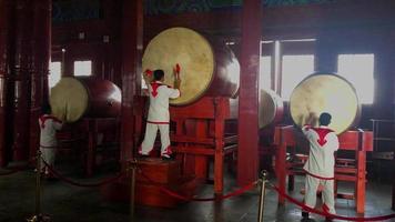 bateristas chineses tocando bateria 4k