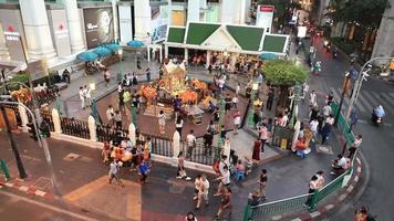 o santuário erawan no cruzamento ratchaprasong em bangkok, tailândia. video