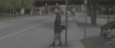 esperando cruzar la calle