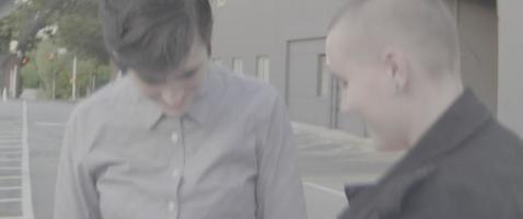 dos personas hablando en la calle
