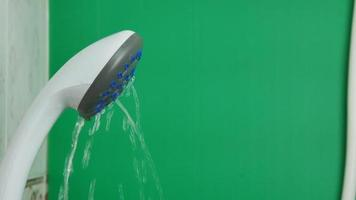agua que sale de la ducha video