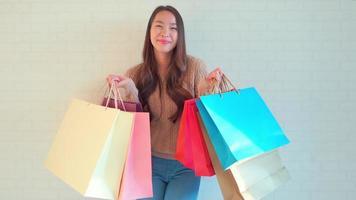 mulher com sacolas de compras video