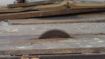 close up de uma serra elétrica funcionando video