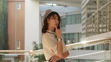 joven mujer asiática pensando