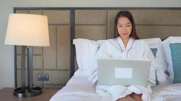 mujer, utilizar, computadora, en, dormitorio video