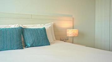 travesseiros brancos e azuis na cama video