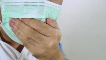 hombres con máscara higiénica tosiendo 4k