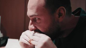 hombre barbudo comiendo una hamburguesa
