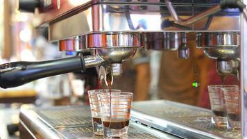 close da máquina para fazer chá durante a preparação de fotos na cafeteria