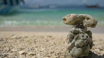 pirámide de piedras zen en el fondo del mar de olas, video