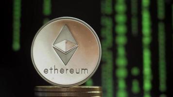 una moneda con el símbolo de la criptomoneda ethereum