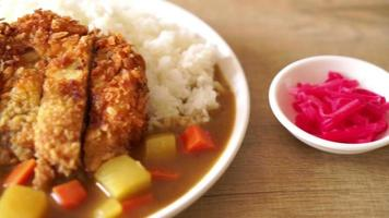 cerdo frito al curry con arroz
